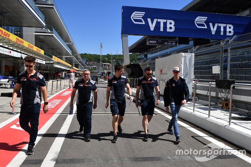 Daniil Kvyat, Scuderia Toro Rosso walks the track