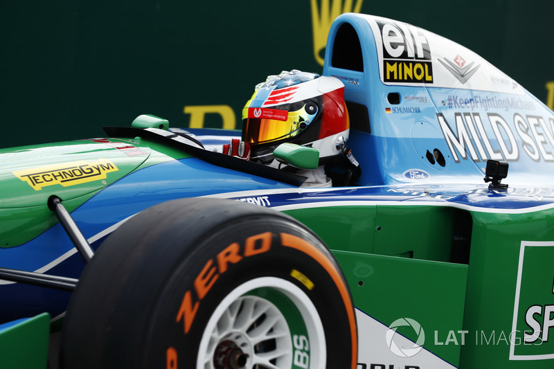 Мик Шумахер пилотирует Benetton Ford B194 своего отца перед Гран При Бельгии