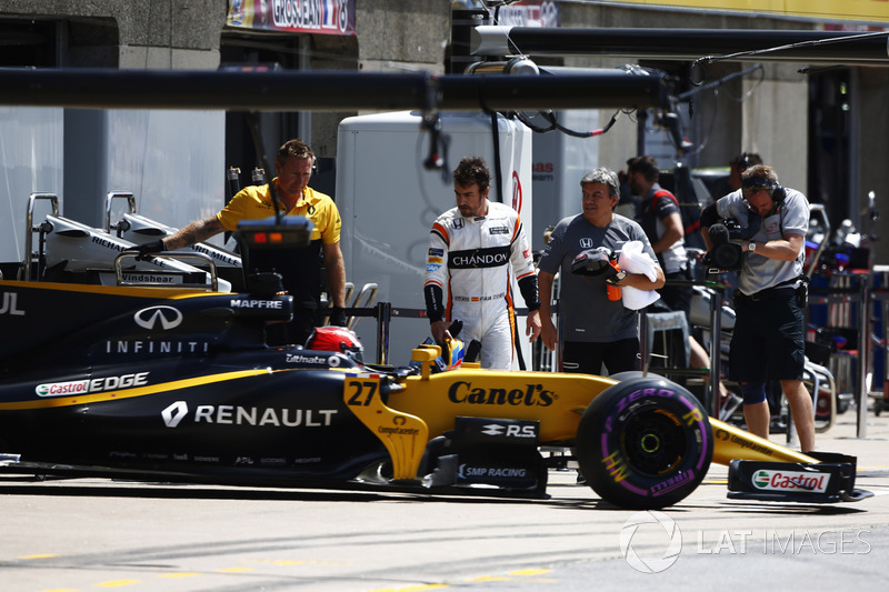 Fernando Alonso, McLaren; Nico Hulkenberg, Renault Sport F1 Team RS17