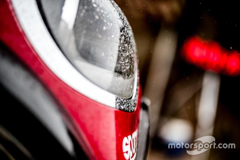 Detalle de la linterna del #303 X-Raid Team Mini: Mikko Hirvonen, Michel Périn
