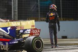 Гонщик Scuderia Toro Rosso Даниил Квят покидает разбитую в аварии STR12