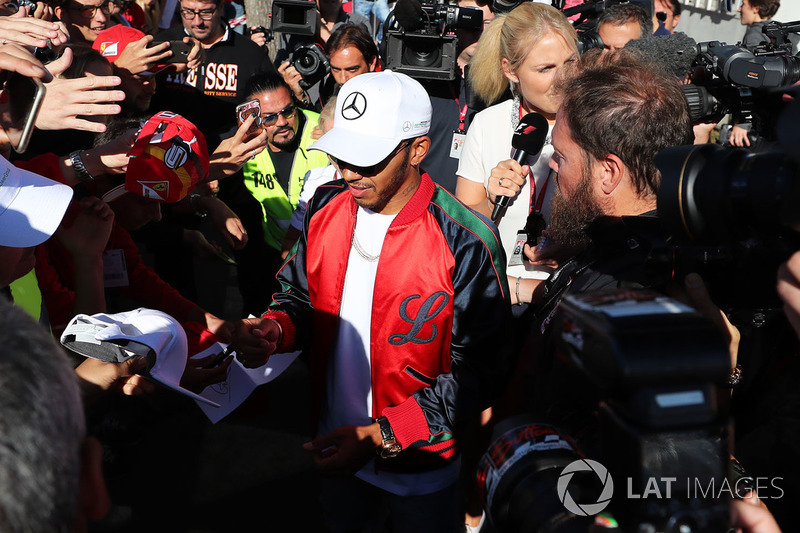 Lewis Hamilton, Mercedes AMG F1 firma autógrafos