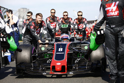 Romain Grosjean, Haas F1 Team VF-17, arrive sur la grille