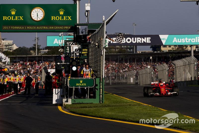 Sebastian Vettel, Ferrari SF70H, se lleva la bandera a cuadros