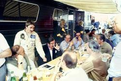 Nigel Mansell, Lotus 91-Ford, parla con la stampa inglese, inclusi Nigel Roebuck, Murray Walker, Joh