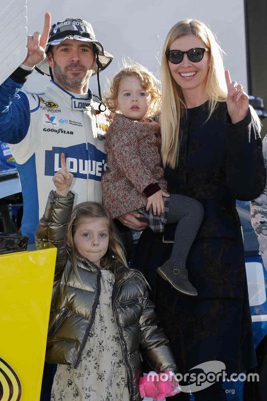Sieger Jimmie Johnson, Hendrick Motorsports Chevrolet mit seiner Frau Chandra und seine Töchtern Genevieve und Lydia