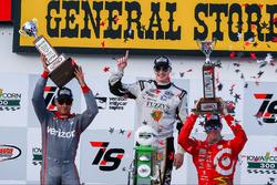 Podium: Sieger Josef Newgarden, Ed Carpenter Racing, Chevrolet; 2. Will Power, Team Penske, Chevrolet; 3. Scott Dixon, Chip Ganassi Racing, Chevrolet