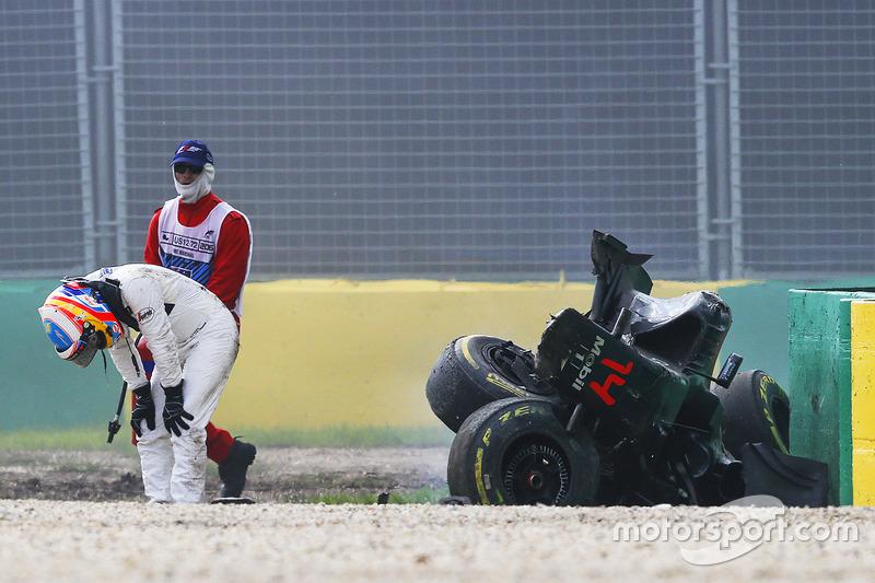 Fernando Alonso, McLaren MP4-31 sale de sua auto después del fuerte accidente