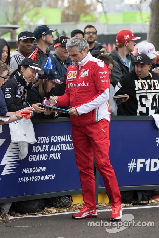 Maurizio Arrivabene, Ferrari, schreibt Autogramme für die Fans