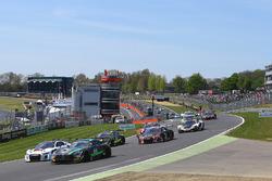 Старт: лидирует Mercedes AMG GT3 команды HTP Motorsport: Жюль Шимковяк, Бернд Шнайдер