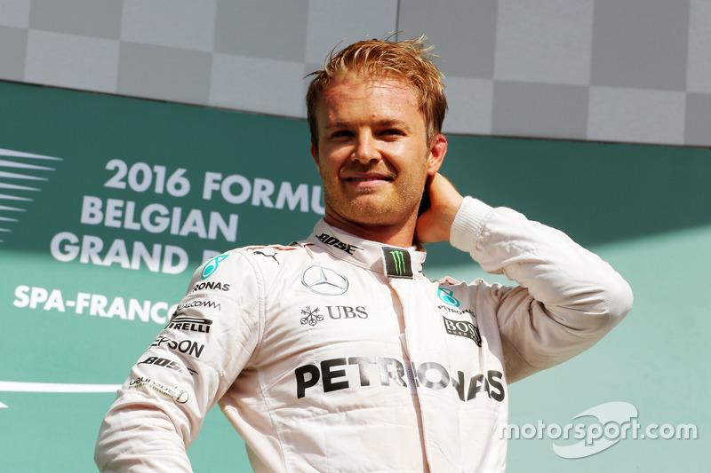 Il vincitore della gara Nico Rosberg, Mercedes AMG F1 festeggia sul podio