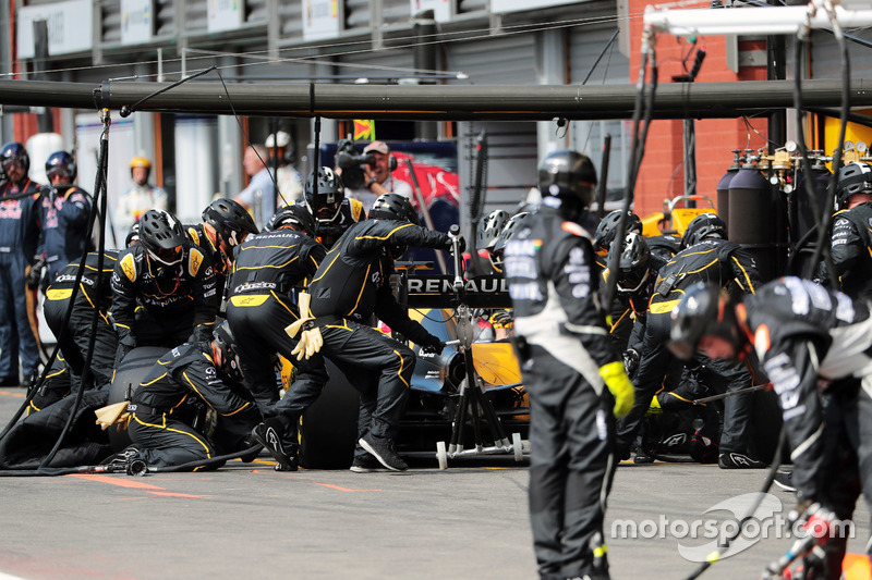 Jolyon Palmer, Renault Sport F1 Team RS16 makes a pit stop