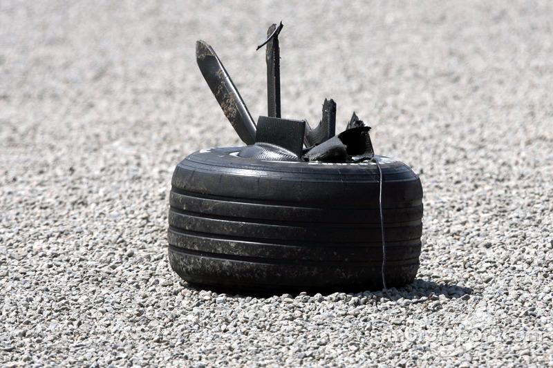 wheell from Robert Kubica, BMW Sauber F1 Team, F1.07, kecelakaan heavily saat race