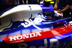 Pierre Gasly, Toro Rosso STR13, nell'abitacolo della sua monoposto