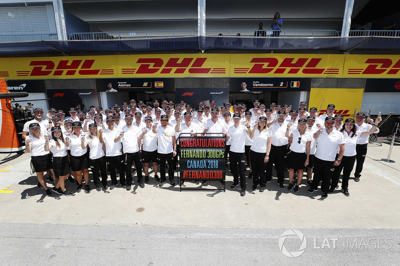 Fernando Alonso, McLaren, levanta una copa para celebrar sus 300 Grandes premios con el equipo