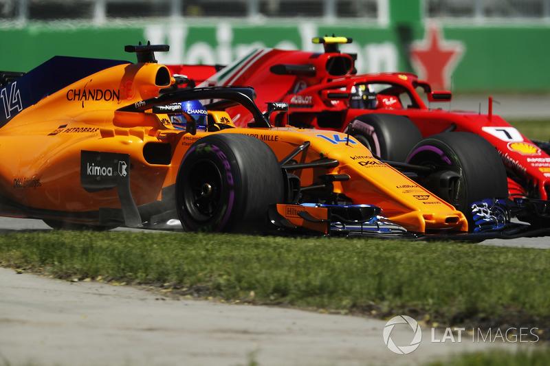 Stoffel Vandoorne, McLaren MCL33, races Kimi Raikkonen, Ferrari SF71H, in FP1