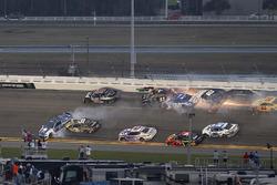Kurt Busch, Stewart-Haas Racing Ford, Ricky Stenhouse Jr., Roush Fenway Racing Ford, Brendan Gaughan, Beard Motorsports Chevrolet, pris dans un crash