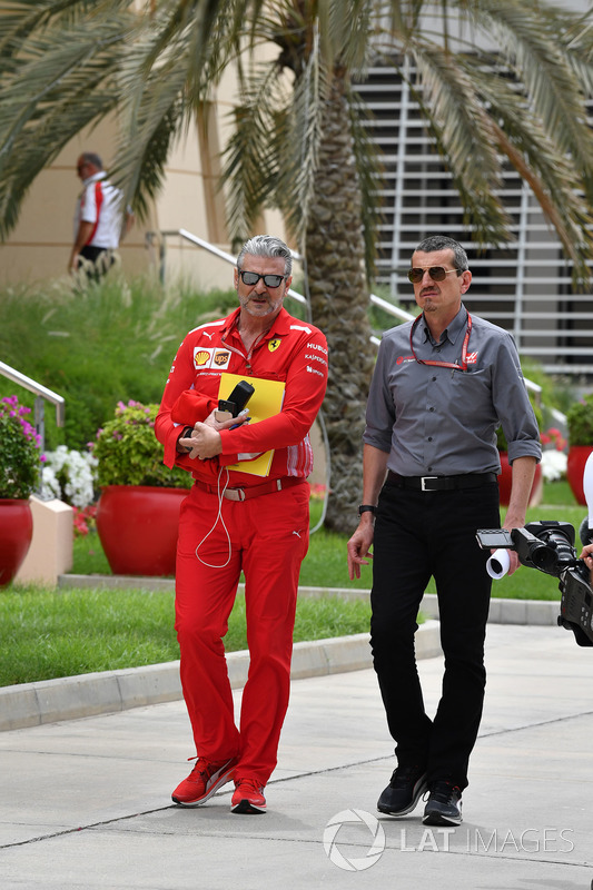 Maurizio Arrivabene, director del equipo Ferrari y Guenther Steiner, director del equipo de Haas F1