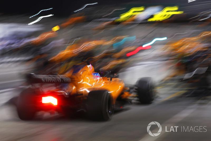 Fernando Alonso, McLaren MCL33 Renault  pit stop