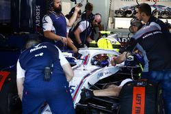 Les mécaniciens travaillent sur la voiture de Sergey Sirotkin, Williams FW41