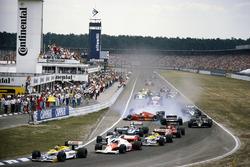 Start zum GP Deutschland 1986 in Hockenheim: Nelson Piquet, Williams FW11, führt; Stefan Johansson, Ferrari F186, crasht