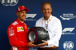 Sebastian Vettel, Ferrari, recibe el premio Pirelli Pole Position