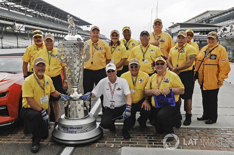 Kru Yellow Shirts Indianapolis bersama Trofi Borg Warner