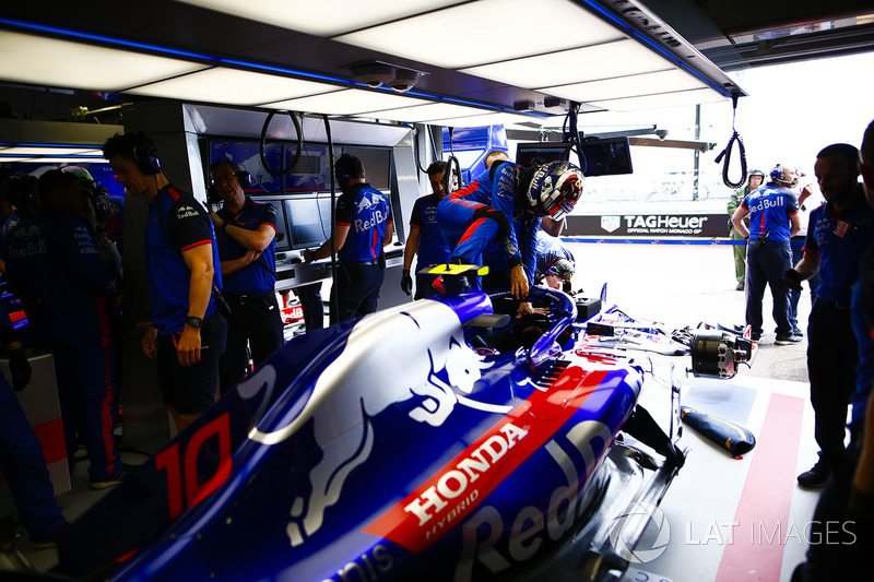 Pierre Gasly, Toro Rosso, enters his cockpit in the team's garage