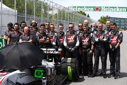 Haas F1 engineers on the grid with the car of Romain Grosjean, Haas F1 Team VF-18