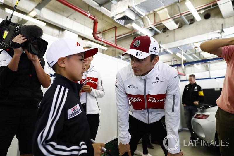 Charles Leclerc, Sauber, incontra un giovane tifoso