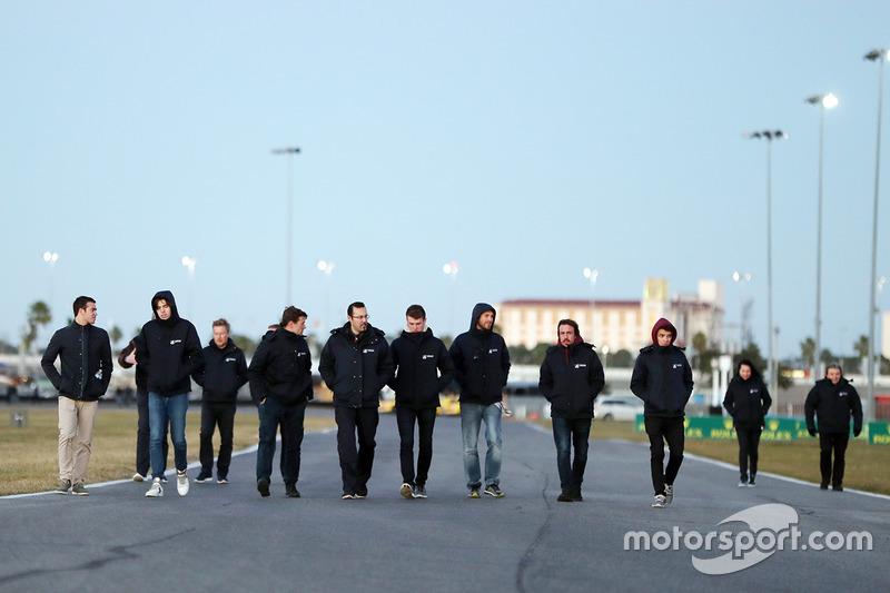 Phil Hanson, Lando Norris, Fernando Alonso, Will Owen, Hugo de Sadeleer, Bruno Senna, United Autosports track walk
