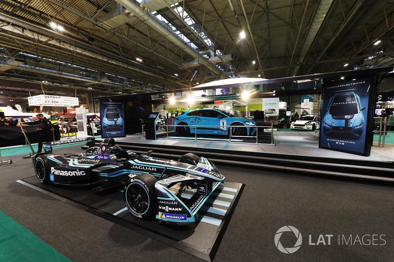 Болід Формули Е Jaguar Formula E та машина I-Pace eTrophy
