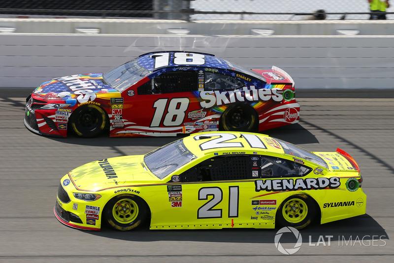 Paul Menard, Wood Brothers Racing, Ford Fusion Menards / Sylvania e Kyle Busch, Joe Gibbs Racing, Toyota Camry Skittles Red White & Blue