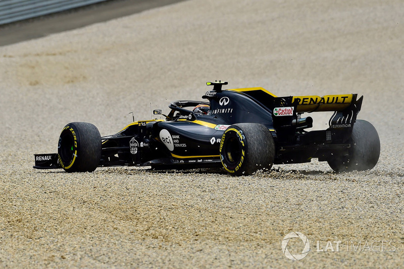 Carlos Sainz Jr., Renault Sport F1 Team R.S. 18 runs through the gravel