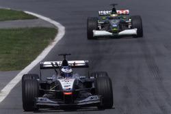 Mika Häkkinen, McLaren MP4/16; Pedro de la Rosa, Jaguar R2