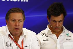 Zak Brown, Direttore Esecutivo, McLaren Technology Group, Toto Wolff, Direttore Esecutivo Mercedes AMG F1, nella conferenza stampa dei Team Principal