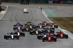Sebastian Vettel, Ferrari SF71H, lidera a Lewis Hamilton, Mercedes AMG F1 W09, Valtteri Bottas, Mercedes AMG F1 W09, Kimi Raikkonen, Ferrari SF71H, Max Verstappen, Red al inicio de la carrera