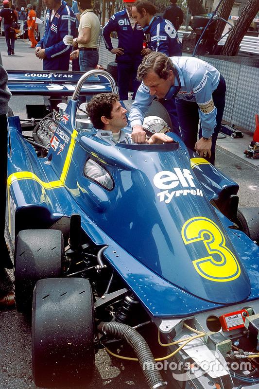Jody Scheckter, Tyrrell P34-Ford Cosworth, discute avec son concepteur, Derek Gardner