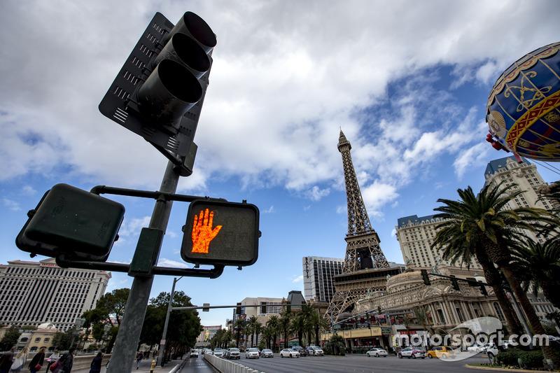 Ambiente de las Vegas Strip, incluyendo torre de Eiffel de réplica y el globo en el hotel Paris Las Vegas