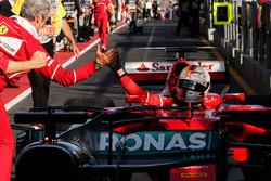 Ganador, Sebastian Vettel, Ferrari SF70H celebra con Maurizio Arrivabene, Ferrari Team en el parc ferme