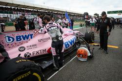 Владелец Sahara Force India F1 Виджей Малья рядом с автомобилем VJM10 Эстебана Окона