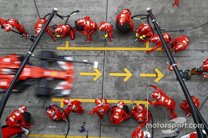 Sebastian Vettel se detiene en un suspiro a cambiar neumáticos