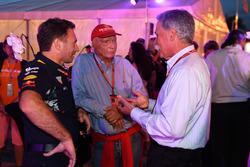 Chase Carey, Director Ejecutivo y Presidente Ejecutivo de la Formula One Group, Niki Lauda, Mercedes AMG F1 presidente no ejecutivo y Christian Horner, director Red Bull Racing Team en una Petronas BBQ