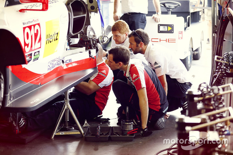Mécanicos trabajando #912 Porsche Team North America Porsche 911 RSR: Kevin Estre, Laurens Vanthoor,