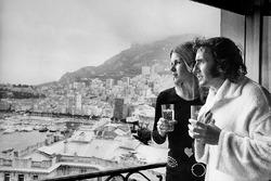 Jackie Stewart feiert seinen Sieg mit seiner Frau Helen
