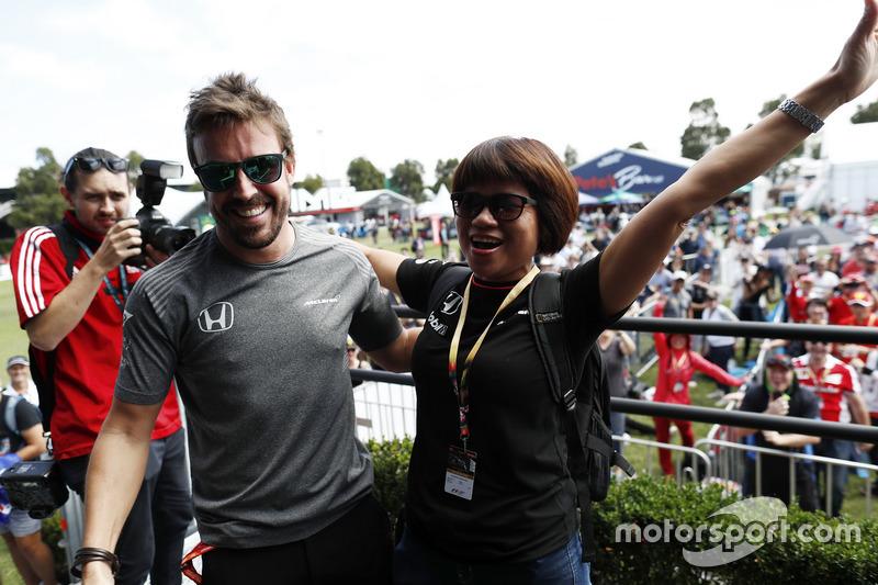 Fernando Alonso, McLaren, da un abrazo a un fan