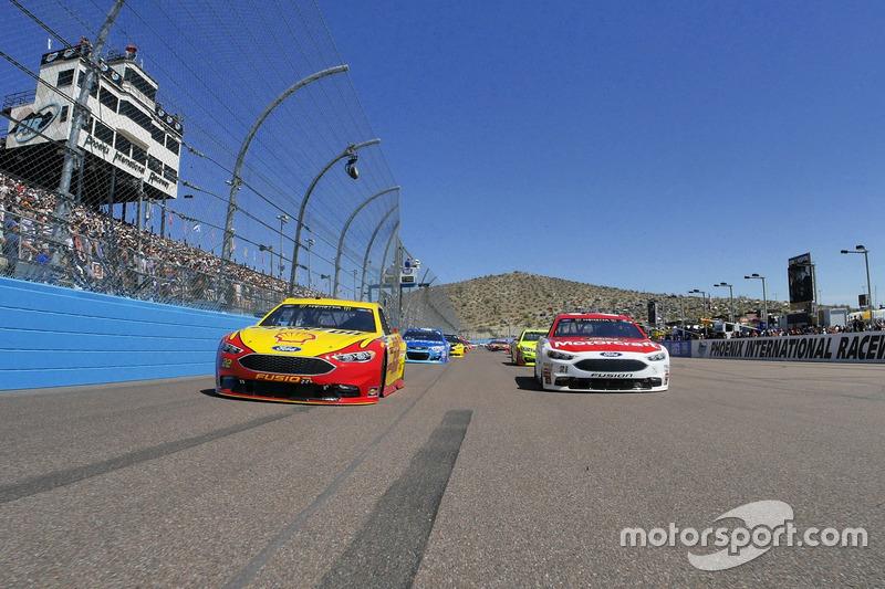 3. Joey Logano, Team Penske Ford and Ryan Blaney, Wood Brothers Racing Ford lidera el campo al inicio de la carrera