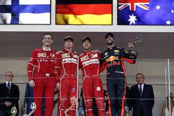 Riccardo Adami, Ingeniero de carrera de Ferrari, segundo lugar Kimi Raikkonen, Ferrari, ganador de la carrera Sebastian Vettel, Ferrari y el tercer lugar Daniel Ricciardo, Red Bull Racing festejar en el podio con los trofeos