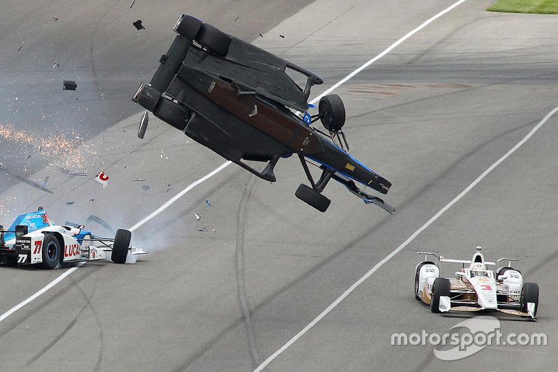 Scott Dixon, Chip Ganassi Racing Honda, Jay Howard, Schmidt Peterson Motorsports Honda, involved in a huge crash, Helio Castroneves, Team Penske Chevrolet avoids carnage