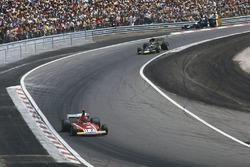 Niki Lauda, Ferrari 312B3 e Ronnie Peterson, Lotus 72E Ford